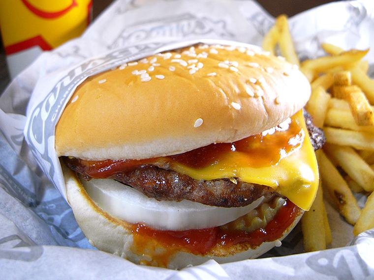 ↑「チーズビッグバーガー」(490円)。野菜なし、ケチャップ&マスタード味で食べるシンプルゆえに力強い味わいのチーズバーガー