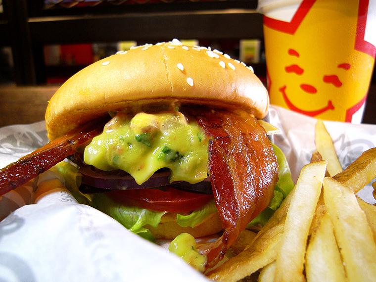 ↑「ワカモレベーコンバーガー」(790円)。他店のバーガーと比べて野菜の量が圧倒的。かぶりつくと「ミシミシ」「メリメリ」と音がしそうなくらいパンパンに詰まっている