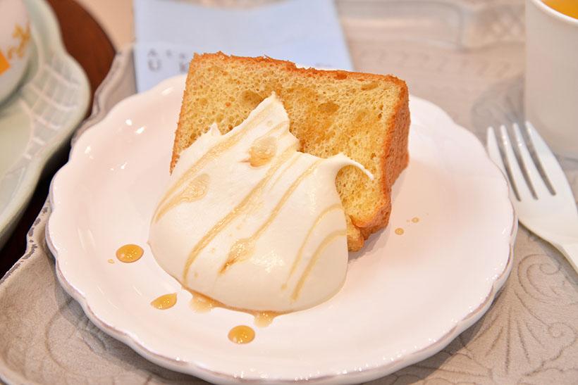 ↑ふんわり食感のシフォンケーキ(メープル/2430円)。写真はカットされたものですが、実際はホールサイズでの販売。メープルの生クリームとメープルシロップが付いてきます