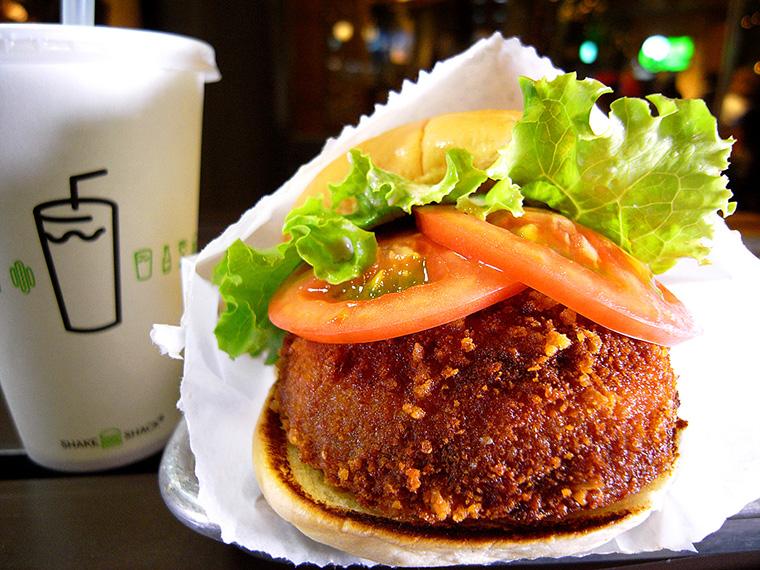 ↑「シュルームバーガー」(930円)。いわゆる肉なしの「ベジバーガー(Veggie Burger)」だが、ビーフパティのバーガーとどちらを食べるか、迷うほどのおいしさ