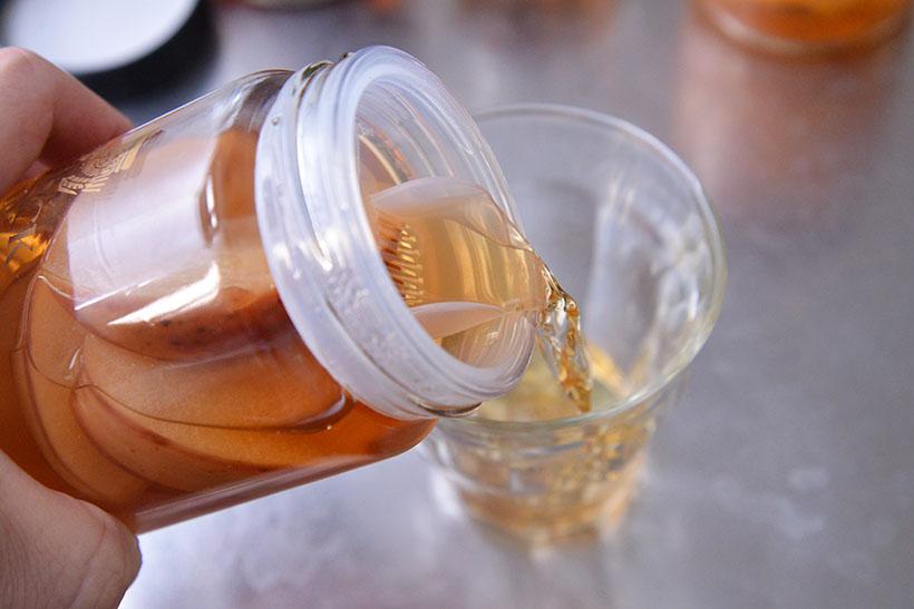 ↑専用ボトルの中蓋は、グラスに注ぎやすい設計になっています