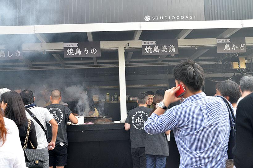 ↑スタジオコーストは、ふだんは音楽イベントなども行われる施設。しかしこの日は、焼鳥の煙がモクモク!