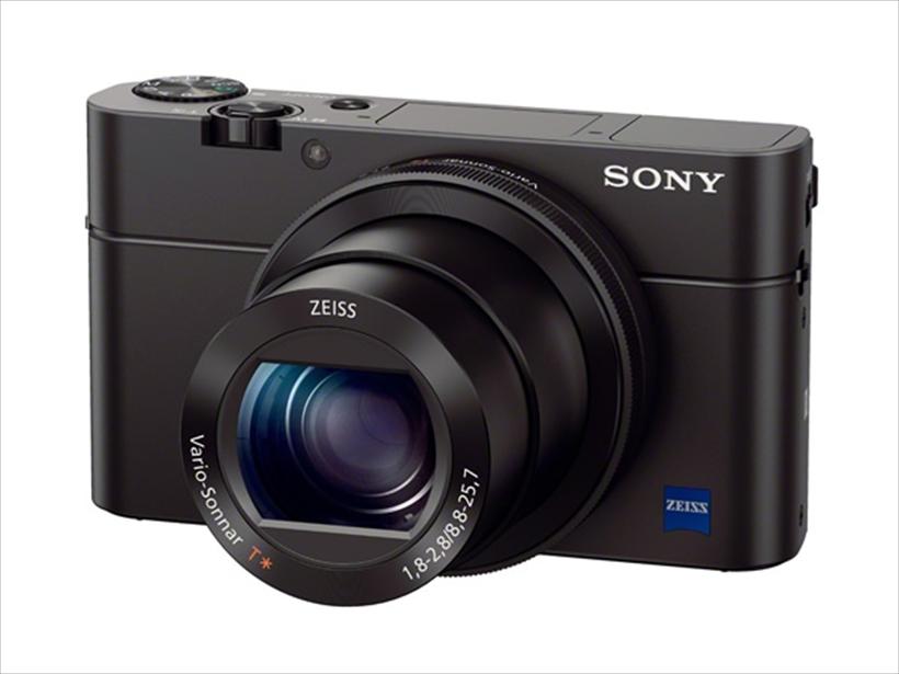 ↑2014年5月発売のRX100M3。有機ELを使用した高精細なEVFが採用され、レンズも新型となった最初のモデル。結果として外観も最新モデルのRX100M5に極めて近い