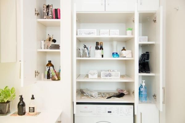 """まるで新築マンションのモデルルームのような、やましたさんの洗面所。モノが少ないだけでなく、""""その都度そうじ""""もあって、常に美しい。"""