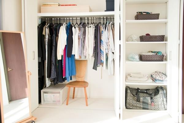 やましたさんのご自宅は、クローゼットの中も美しい。洗濯機を回したらハンガーにかけて浴室乾燥機へ、そして乾いた衣類はそのままクローゼットにしまわれる。畳む手間をなくすだけで、ストレスは激減する。