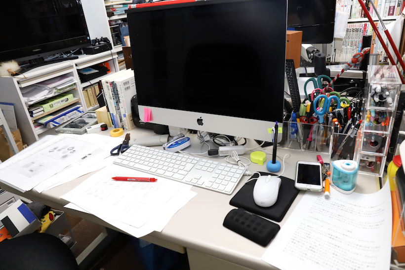 ↑A4プリントアウトに占拠された仕事机。いつもだいたいこんな感じ