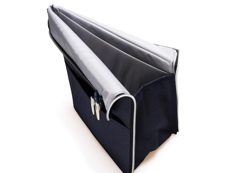 ↑三角柱型で自立。サイドのポケットにはペンなどが入る