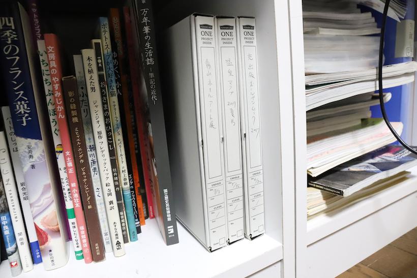 ↑A4タテが入らない書棚なら、底面を手前にして収納