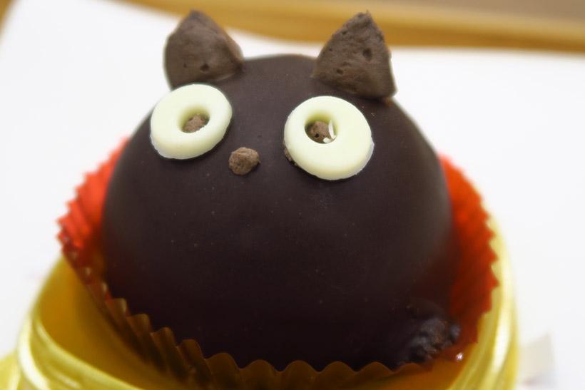 ↑「黒猫チョコケーキ」(328円)は、10月27日から5日間限定で買えるレアなケーキ。見つけたら即ゲットしよう