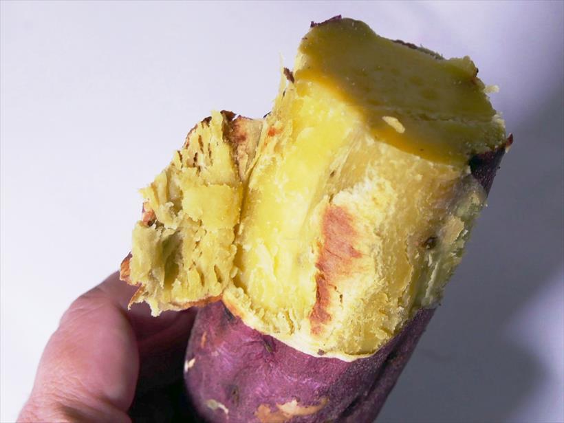 ↑焼き芋メーカーで焼いたさつまいもは、まさに焼き芋! 皮の焦げ目もいい感じで美味しいです