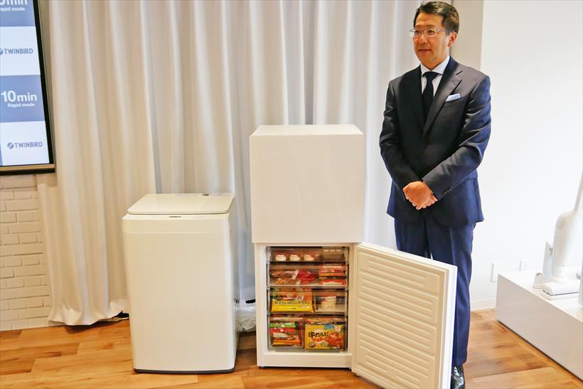↑今回の新製品とツインバード社長の野水重明氏