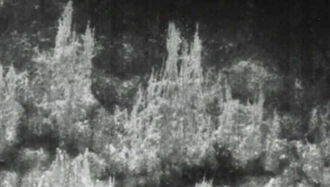 NASAの月周回衛星ルナー・リコネサンス・オービターが撮影した月面に林立する謎の白い物体。クリスタル製のタワー群と思われる。