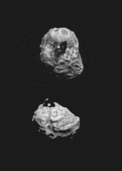 (上)小惑星ベンヌ。中央に四角い構造物が見える(真上から見た様子)。(下)構造物を横から見たところ。