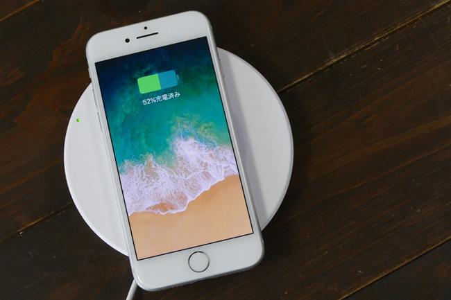 ワイヤレス充電の「Qi(チー)」規格に対応する充電パッド(別売り)に乗せるだけでチャージできます
