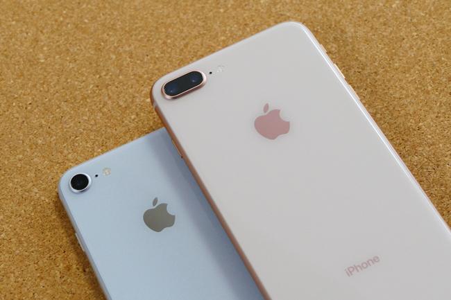 ↑iPhone 8(シルバー)とiPhone 8 Plus(ゴールド)