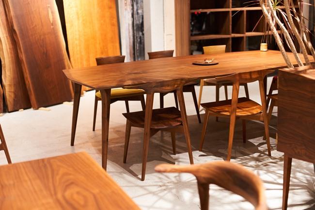 荻窪にある直営店「KOMA shop」。ゆったりとした空間の中で、KOMAの職人たちが手がける無垢の椅子やテーブル、フルオーダーメイドの壁面シェルフなど、多くの製品が見られます