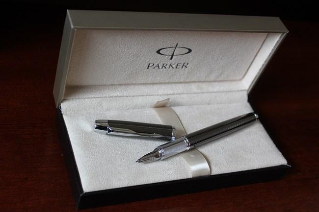キャップ付きのペンは、キャップを外した状態でも撮影。これは、このペンのブランド「パーカー」の象徴にもなっているクリップのデザインもしっかり見えるように。