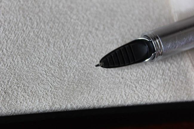 商品が使用済みの場合には、トラブル回避のためにごまかさず説明しましょう。たとえば、数回使用したペンを出品するなら、書き味を左右するペン先はしっかり見せつつ、替え芯の交換ができることを追記するのもポイントです。傷などのダメージがある場合には、その部分がわかるように撮りましょう。