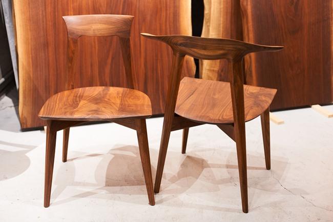 繊細なラインとなめらかな手触り、体のフィット感は熟練工による手作業ならでは。一点物のような雰囲気を持つ、KOMA初めての100脚ロットの量産モデル。使用する材はウォールナット、チェリー、ホワイトオーク、クリ。(左)「Sim Chair」7万4520円(税込)W455×D460×H735×SH420mm、(右)「Sim Arm Chair」8万5320円(税込)W580×D455×H740×SH420mm