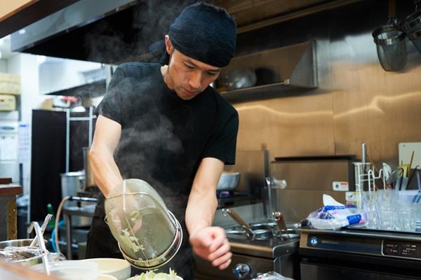 金子哲也店主。高いクオリティを保つため、仕込みや調理はすべてひとりで行うという職人気質の好青年