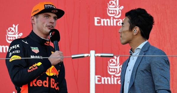 表彰式後のインタビュアーはインディ500ウィナーの佐藤琢磨。いまひとつ活気のない鈴鹿サーキットにおいて、抜群の存在感を放っていた