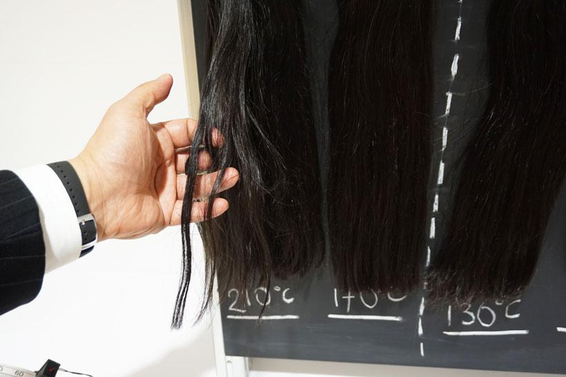 【ph14.jpg】 ↑210℃の温風で乾かした髪の毛は指が途中で指がつかえてしまい、無理に通すと髪の毛が切れてしまいます