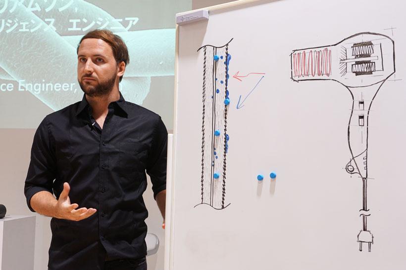 ↑ダイソンの考える「ヘアサイエンス」を説明する、ダイソン カテゴリー インテリジェンス エンジニアのスティーブ・ウィリアムソン氏