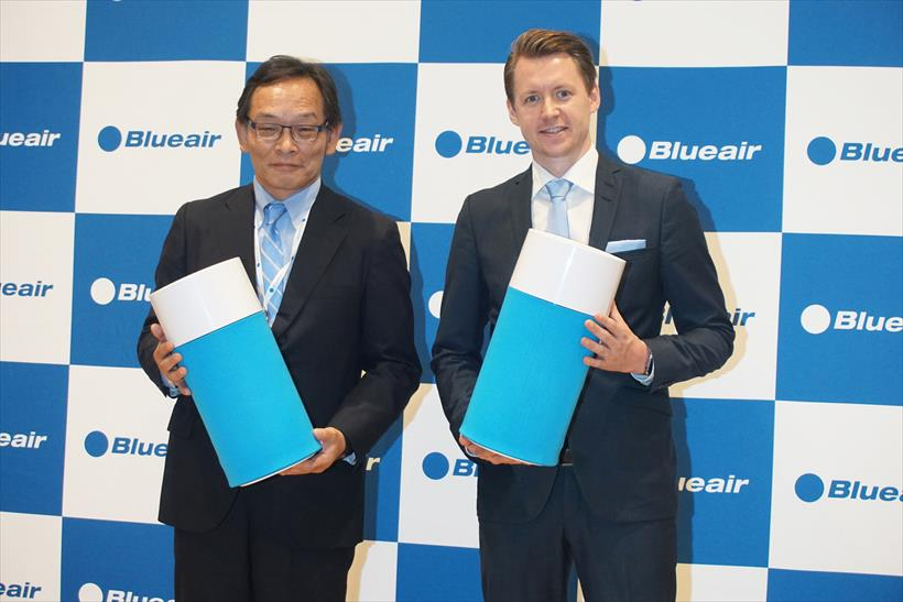 ↑Blue Pure 411を手に持つ、国内販売代理店を担当するセールス・オンデマンドの代表取締役社長 室崎 肇氏(左)と、ブルーエア アジア・セールス・ダイレクターのヨナス・ホルスト氏