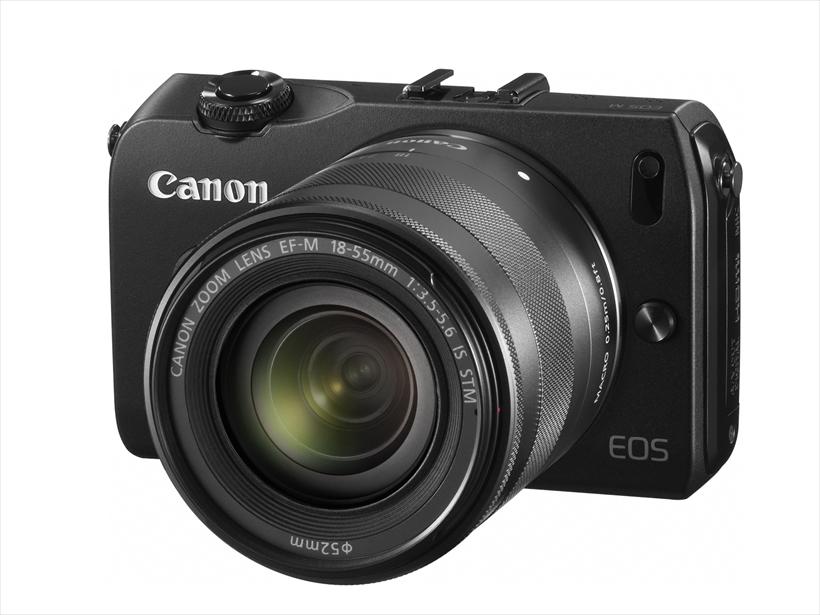 →キヤノンは2012年にEOS Mを発売。新開発EF-Mマウントを採用し、アダプターを介して一眼レフ用レンズも使用可能だ