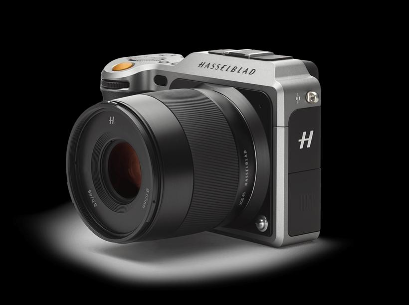 ↑ハッセルブラッドX1D-50cも、GFX同様に32.9×43.8mmの5000万画素超のセンサーを使用。世界初の中判ミラーレス一眼だ。スッキリしたデザインでファインダーも内蔵