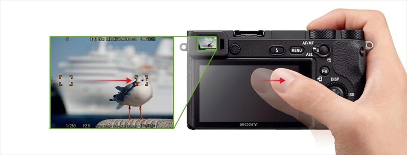 ↑画面上を指でなぞってフォーカス位置を移動させる「タッチパッド機能」を搭載。ファインダー使用時のスムーズなフォーカス移動が行える