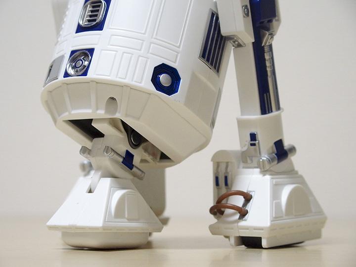 ↑「R2-D2」ならではの「二脚→三脚」の変形機構が楽しめるのは、本製品ならではのポイントのひとつ