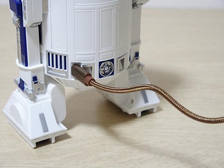 ↑充電に使うUSBケーブルの見た目にもこだわりが。「R2-D2」実機の再現をイメージさせてくれるブロンズ色・布製ケーブルとなっています