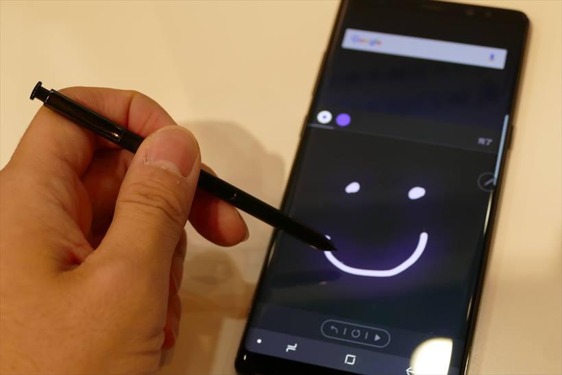 ↑新機能「ライブメッセージ」のイメージ。本体に収納される「S Pen」はペン先0.7mmで細かい描写にも対応