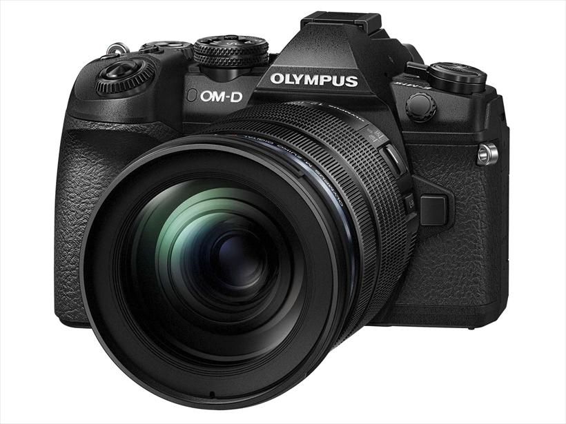 ↑OM-D E-M1 MarkII。カメラグランプリ2017を受賞した同社のフラッグシップモデルだ。AF、AEともに追従した状態での秒18コマ連写に対応し、オールクロス仕様の像面位相差センサーを備えるほか最大5.5段の補正が可能な5軸手ブレ補正機能を搭載。●撮像素子:4/3型、有効約2037万画素LiveMOS センサー ● 背面モニター:3 型約104 万ドット、バリアングル式タッチパネル ●シャッター速度:1/8000 ~ 60秒、バルブ ●サイズ:134.1×90.9×68.9㎜●質量:約574g ●参考価格/23万5440円