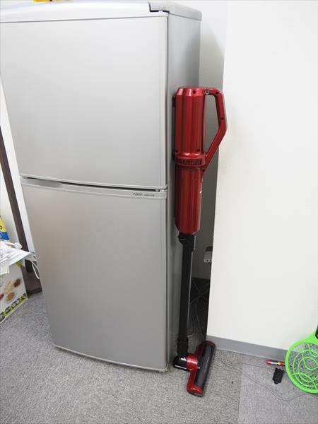 ↑本体裏の磁石で冷蔵庫に立てかけられます。モノを移動するときなど、掃除の合間の仮置きにも便利です