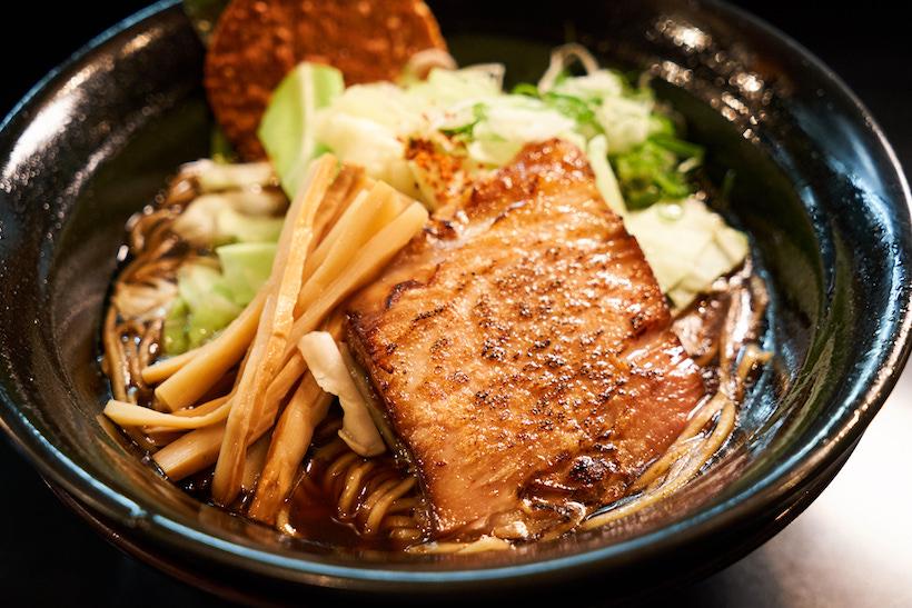 ↑「焦がし醤油らーめん」780円。ベースとなるスープを豚か鶏から選ぶことができ、今回は鶏をセレクト
