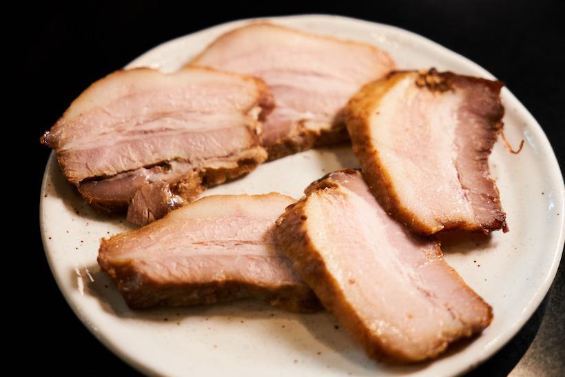 ↑「単品(5枚)チャーシュー」400円。実はこちら、取材時にあいさつするや否や「まずはこれ食べてっ!」といって出してくれた一品。今年の7月に国産豚からスペイン産イベリコ豚にグレードアップさせたもので、身と脂の甘みが最高!
