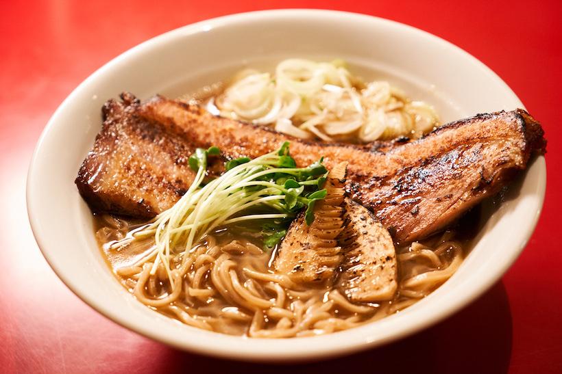 ↑「のどぐろ拉麺」1300円。島根からノドグロの鮮魚、丸干し、煮干しの3種を取り寄せてダシを作り、薩摩シャモと地鶏の混合スープに合わせる。麺は北海道産の小麦「春よ恋」を石臼で挽き、九州産の「はるゆたか」をブレンドした自家製。注文ごとにそば切り包丁でカットし、手もみして提供するという手の込みようだ