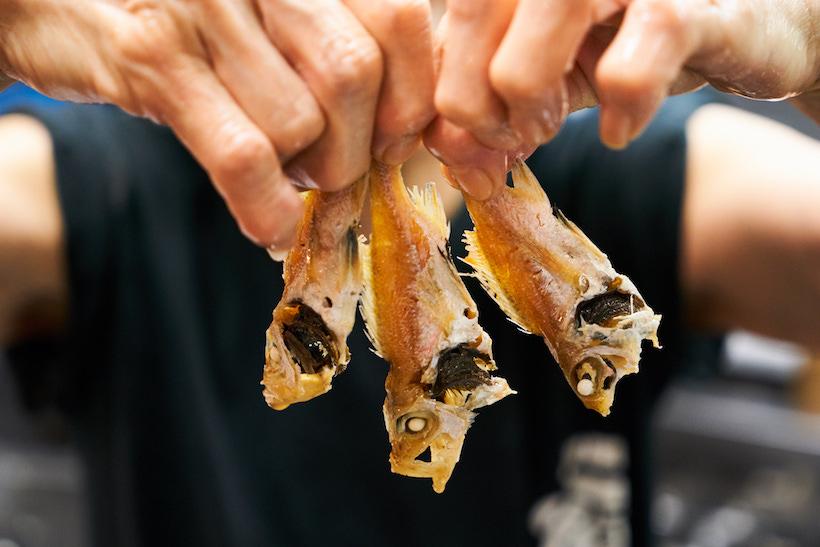 ↑ダシを取ったあとのノドグロ。生臭さが出ないように鮮魚は焼いてから煮込む。さらにエグミが出ないよう、丸干しははらわたを取るという
