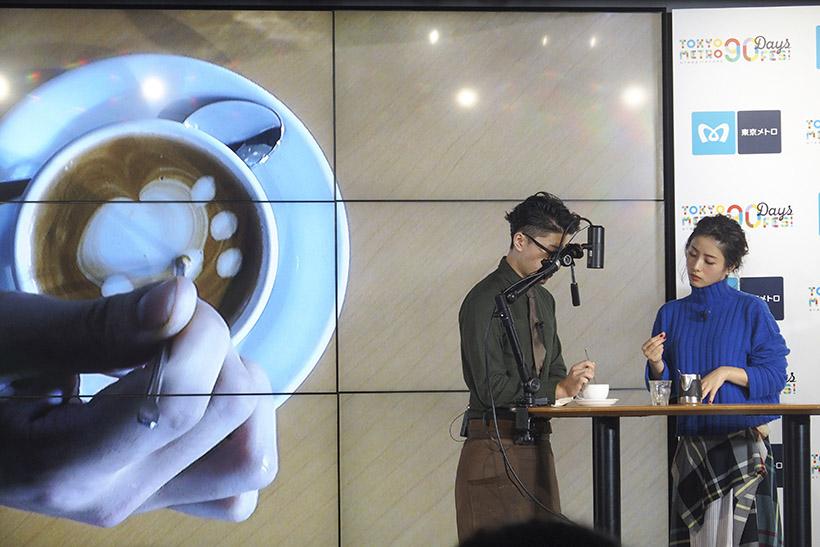 ↑「ダブルトールカフェ」(渋谷駅)によるラテアート体験に挑戦する石原さとみさん