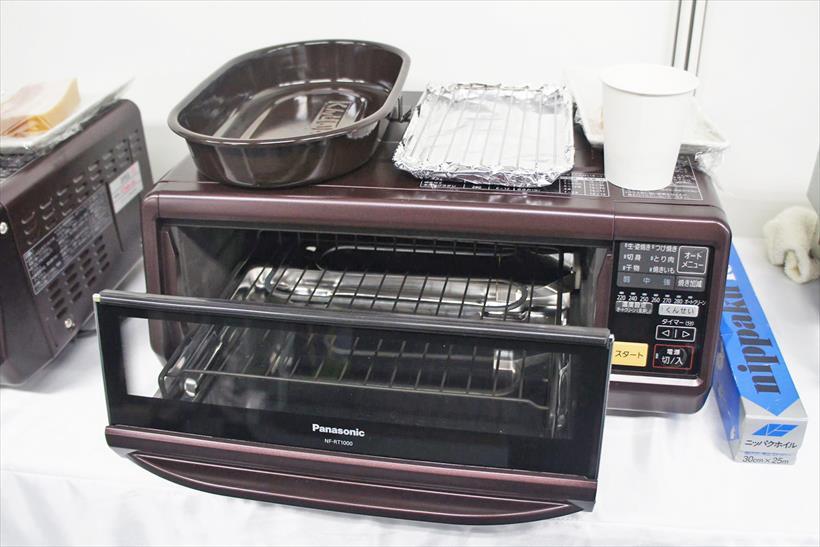 ↑パナソニックが2015年9月に発売した「スモーク&ロースター けむらん亭 NF-RT1000」。手軽にくん製を作れる点は魅力だが、フィッシュロースターをベースにしているため作れるくん製には制限があった