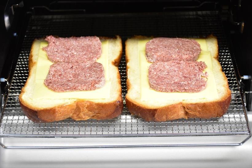 ↑通常のオーブンやトースターとして使える焼き網も用意されているので、平日はパンやピザを焼くのに大活躍するだろう