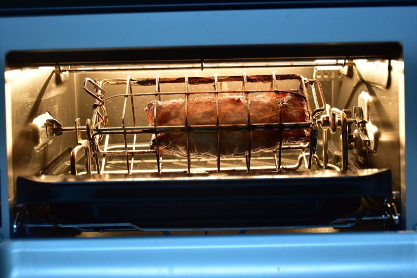↑こちらは豚ロースのチャーシューをロティサリー調理しているところ