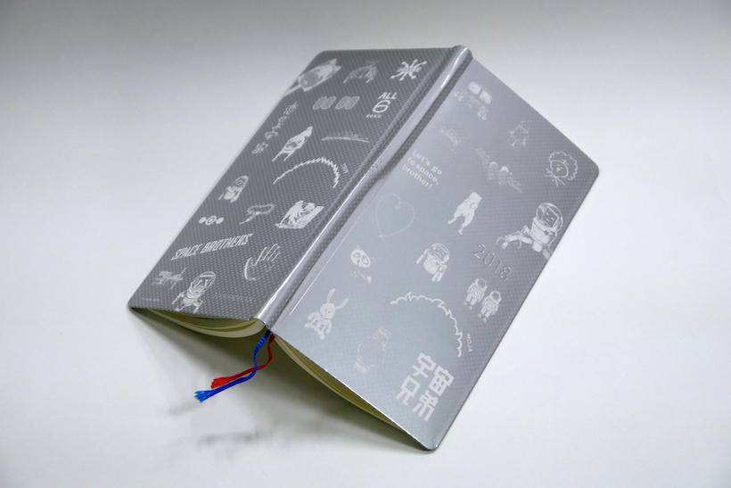 ↑特製「ほぼ日手帳 ウィークス」。ハードカバータイプで、立ちながらの筆記もしやすい
