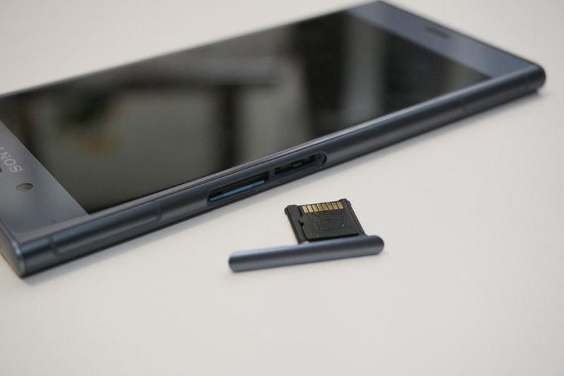 ↑XZ1はSIMとSDカードのスロットが別々になっている