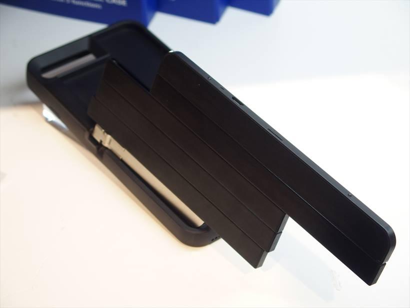 ↑自撮り棒内蔵のスマートフォンケース「STIK box」。価格は未定