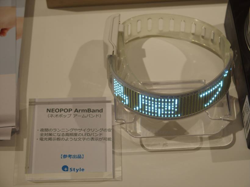 ↑LEDバンド「NEOPOP ArmBand」。価格は未定
