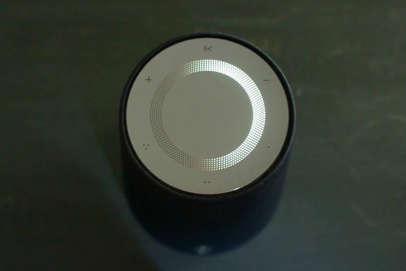 ↑天面にタッチボタンがあり、ボリューム、プレイリストのショートカットキーが備えられている。音量はライトで確認できる