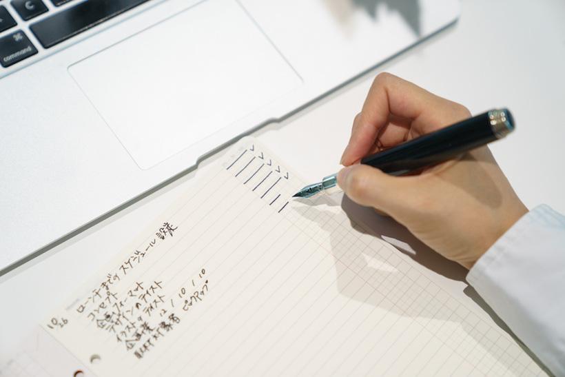 ↑参加者が多くてスペースが限られたミーティングルーム。「To Do List」をメモパッドのようにリフィルだけ単体で持ち込み、メモを取ったりタスクを書き出したり。0%〜100%まで進捗を示す記入欄には、報告された進行状況に応じてチェックを入れられる